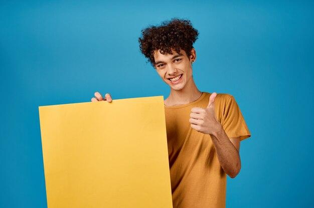 Веселый парень с вьющимися волосами желтый плакат макет рекламы синий фон
