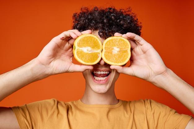 目のクローズアップスタジオの近くに巻き毛のオレンジ色の髪を持つ陽気な男