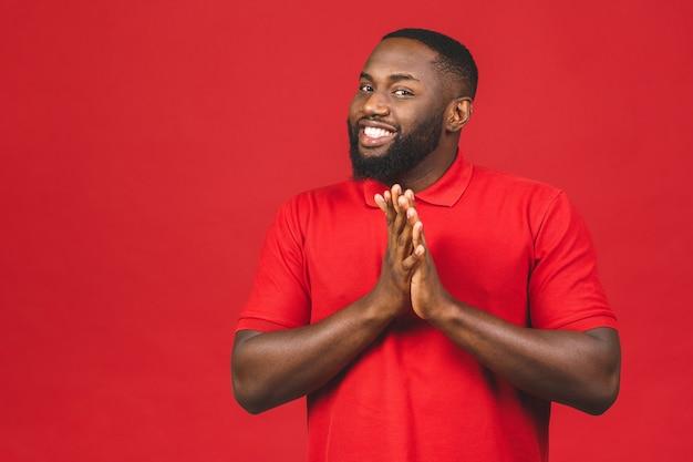 勝利に興奮しながらイエスのジェスチャーをする陽気なハンサムなアフリカ系アメリカ人の男 Premium写真