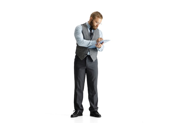 白いスタジオの表面に孤立した陽気なハンサムなビジネスマン