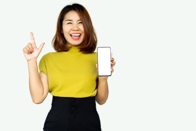 スマートフォンを示す陽気な幸せなアジアの女性の手