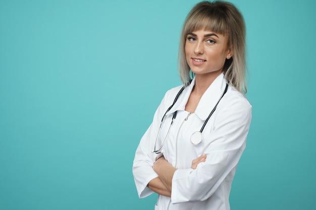 青い背景に交差した手で陽気な幸せな医者