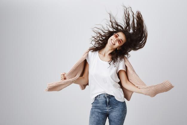 쾌활한 행복 소녀 선글라스 춤과 광범위하게 웃고