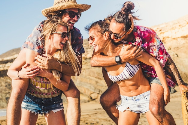 쾌활한 행복한 그룹의 사람들이 친구는 해변에서 많은 야외 웃음