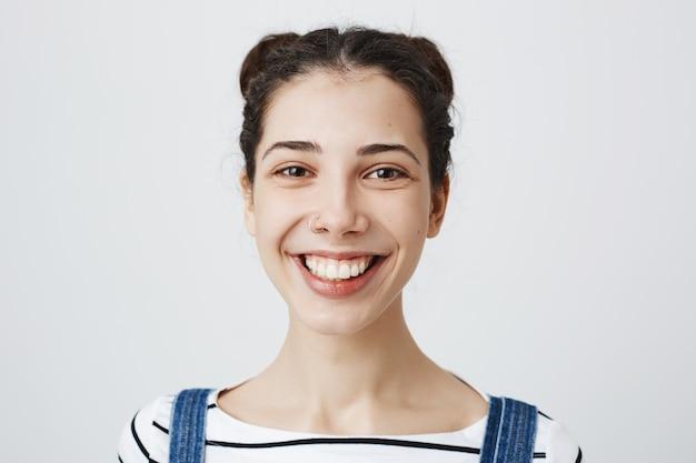笑顔の陽気な幸せな女