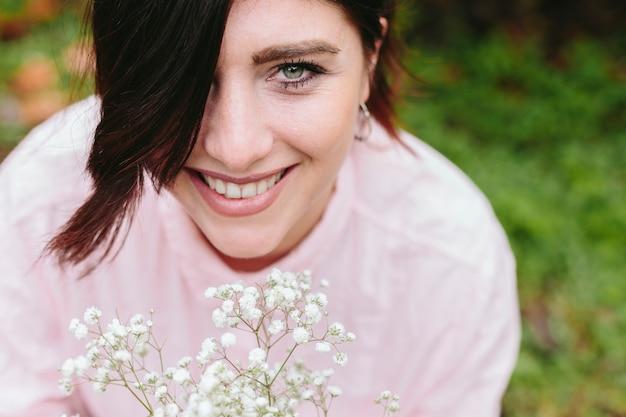 Веселая счастливая женщина с белыми цветами