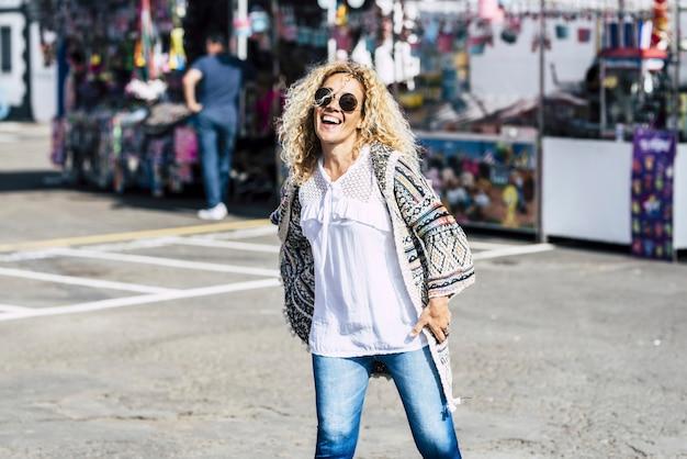 쾌활한 행복 젊은 아름다운 여자가 벼룩 시장과 이벤트를 즐길 수