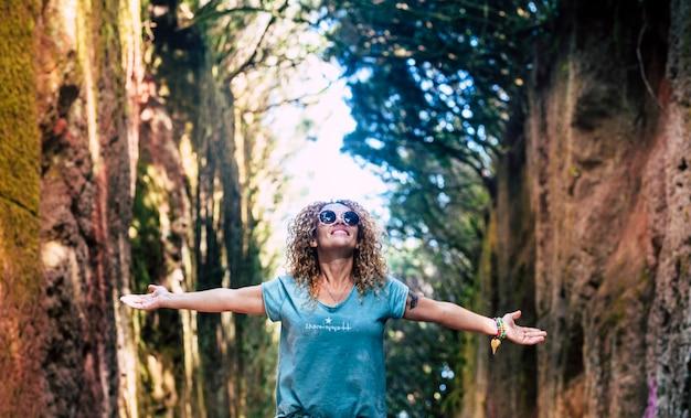 쾌활하고 행복한 젊은 여성 사람들은 여행 중 야외 여가 활동을 즐기고 즐깁니다.