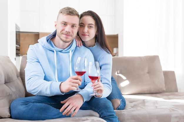Веселая счастливая молодая супружеская пара общается онлайн на веб-камеру удаленно с друзьями или семьей,