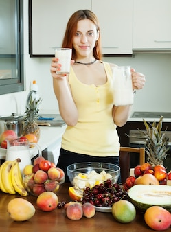 Casalinga allegra cocktail di latte alimentare con frutta