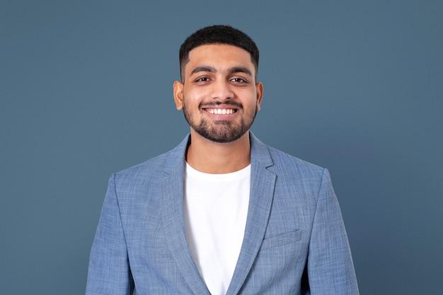 Ritratto sorridente del primo piano dell'uomo d'affari indiano allegro per i lavori e la campagna di carriera