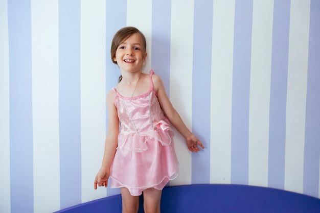 Веселый малыш у стены ее спальни