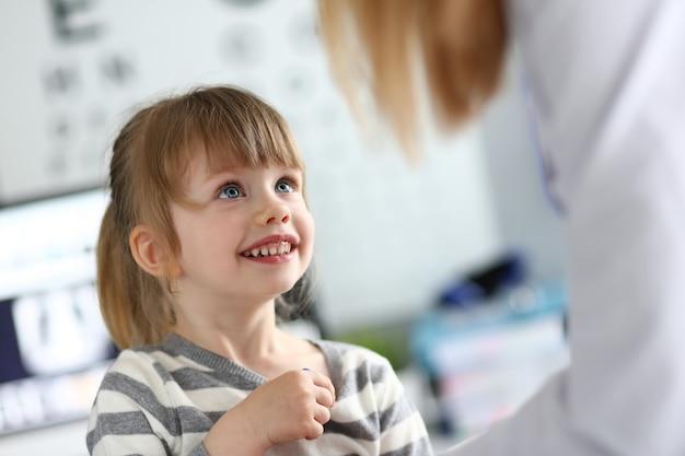 医者の予約で陽気な子供
