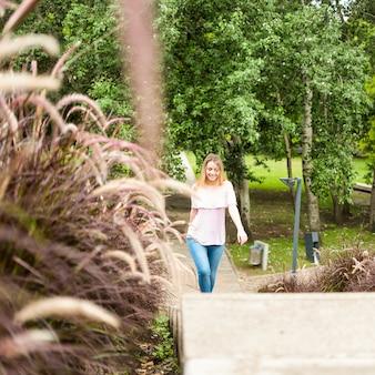 都市公園を歩いて陽気な女性