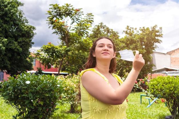 Веселая латинка снимает маску для окончания пандемии