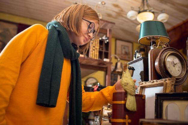 家庭用品店で家の装飾やホリデーギフトを探している陽気な男の子