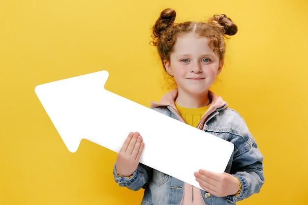 노란색 바탕에 흰색 화살표를 들고 명랑 소녀
