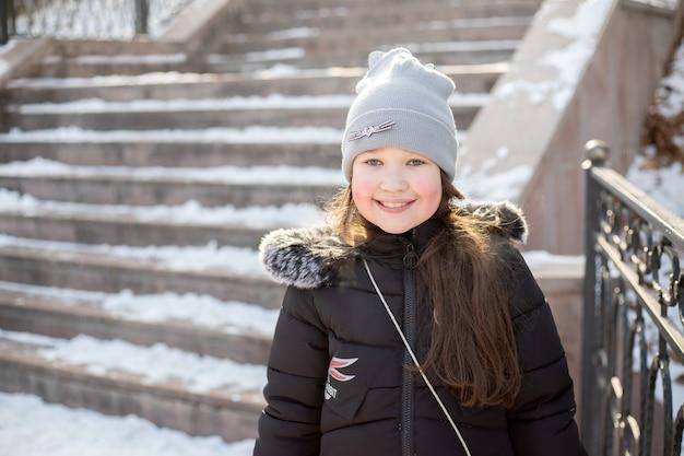 겨울에 공원에서 산책에 명랑 소녀