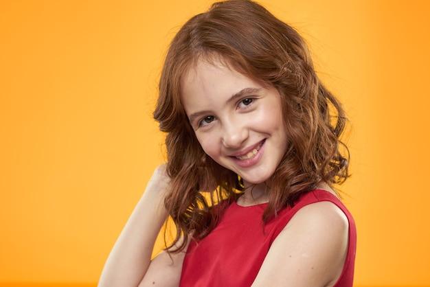 陽気な少女赤いドレス巻き毛