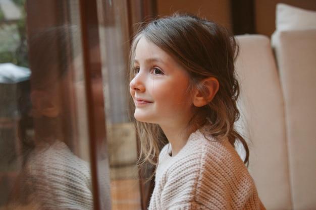 Веселая маленькая девочка ждет рождество