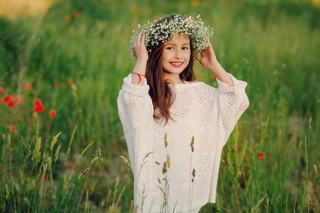 Веселая маленькая девочка с венком на голове