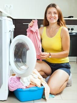 Веселая длинношерстная девушка, стирая