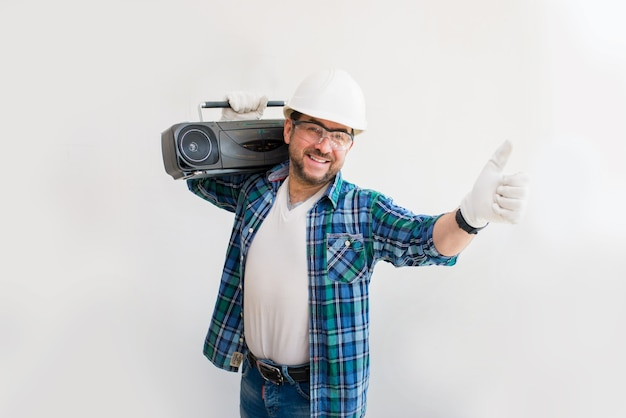 건설 현장에서 오래 된 테이프 레코더와 쾌활 한 남성 작성기
