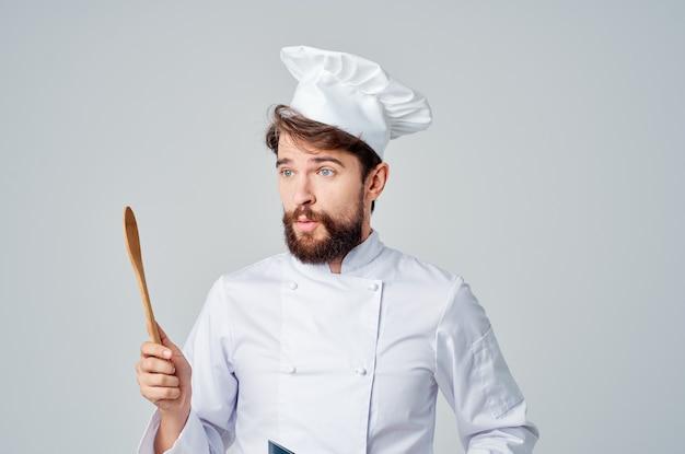 Веселый мужской шеф-повар в ресторане посуды