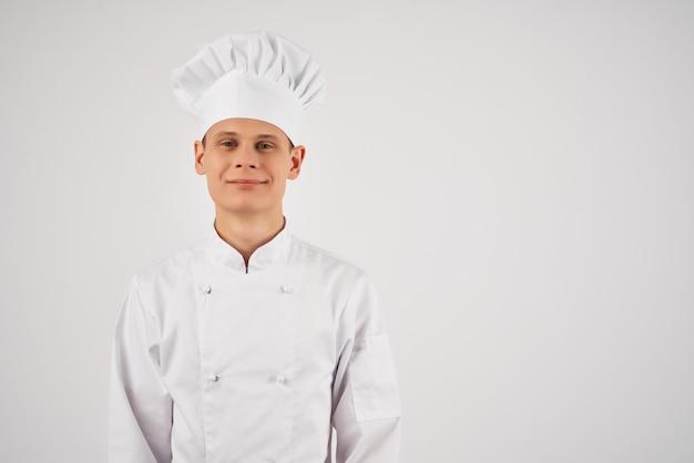Веселый мужской шеф-повар ресторана работа персонала готовка