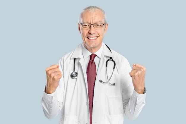 Medico maschio allegro in un ritratto dell'abito bianco