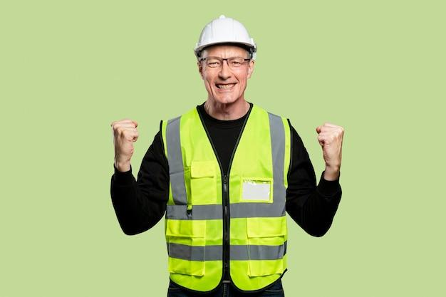 Веселый инженер-мужчина в светоотражающем жилете и каске