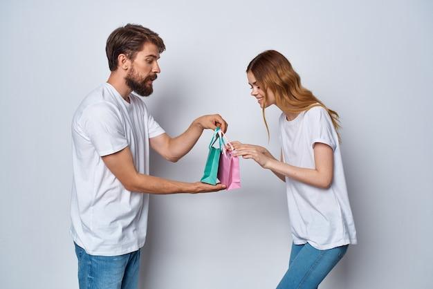 陽気な男性と女性のギフトショッピング楽しい明るい背景。高品質の写真