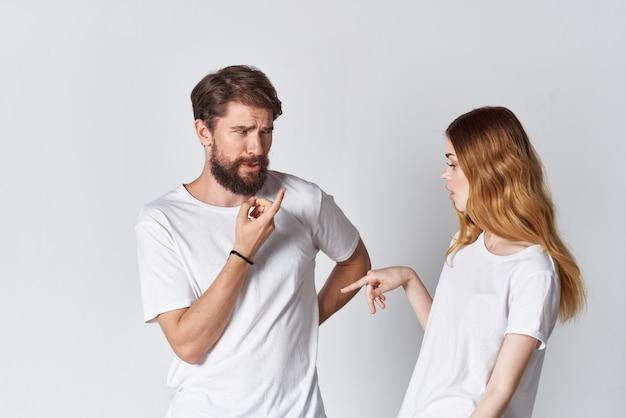 쾌활한 남자와 여자 흰색 티셔츠 스튜디오 포즈 디자인. 고품질 사진