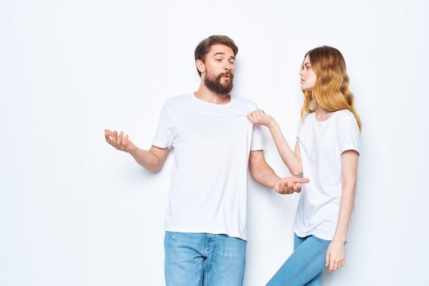 白いtシャツとジーンズのデザインスタジオの明るい背景の陽気な男と女