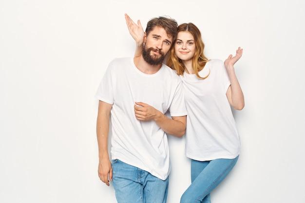 白いtシャツスタジオの楽しいポーズで陽気な男と女
