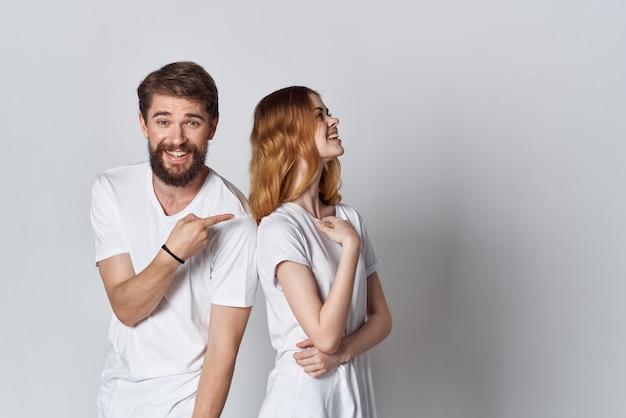 白いtシャツスタジオポーズデザインの陽気な男と女