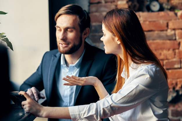 Веселый мужчина и женщина работают коллеги, общаясь в кафе