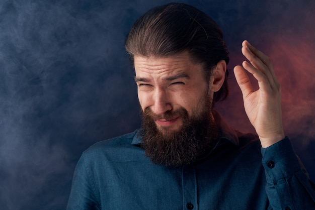 陽気な男のひげの感情の黒いシャツのクローズアップ