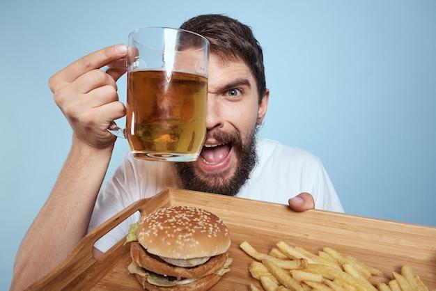 Веселый человек пивная кружка гамбургер картофель фри фастфуд