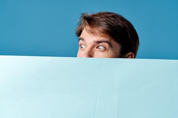 陽気な男青いバナーコピースペース広告プレゼンテーション青い背景