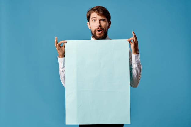 陽気な男青いバナーコピースペース広告プレゼンテーションのクローズアップ