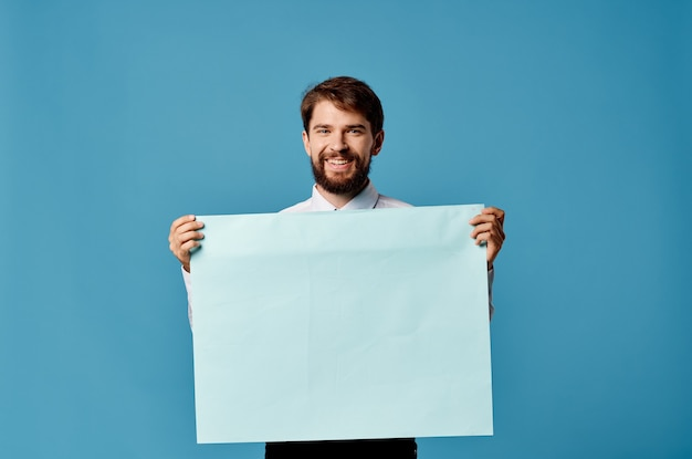 陽気な男の青いシートプレゼンテーション広告クローズアップ