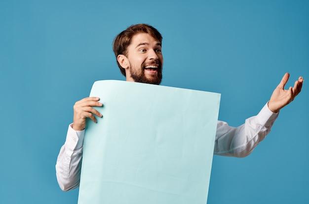 孤立した背景を宣伝する陽気な男の青いシートのプレゼンテーション