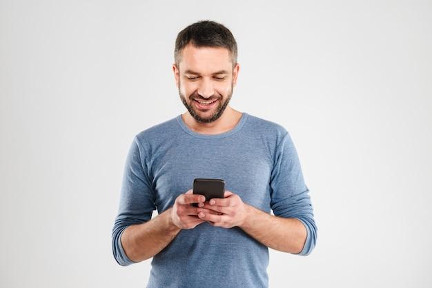 Веселый человек в чате по мобильному телефону.