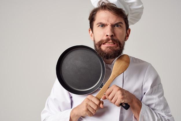 쾌활한 남자 요리사 주방 레스토랑 요리 작업입니다. 고품질 사진