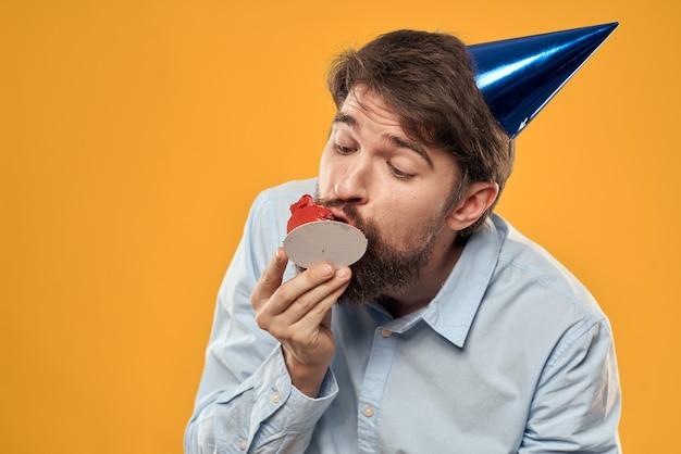 Веселый человек ест кекс