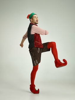 Uomo allegro in costume da elfo in movimento