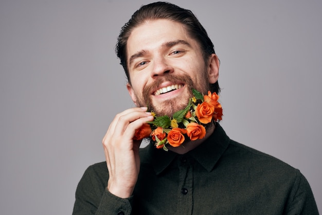 Веселый мужчина цветы в бороде праздничный роман подарок украшение. фото высокого качества