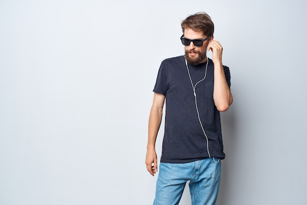 쾌활한 남자 헤드폰 선글라스 음악 댄스 재미 스튜디오 라이프 스타일