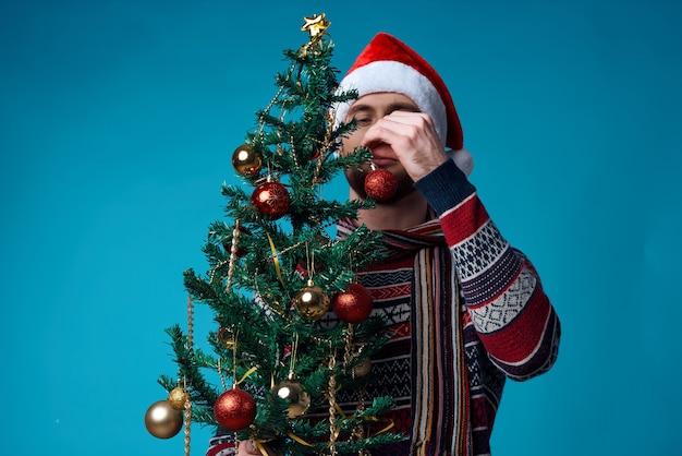 クリスマスの白いモックアップポスター青い背景の陽気な男